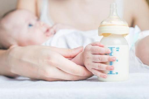 Breastfeeding VS Formula Feeding